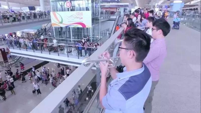 东方之珠粤语歌_全程高燃!香港青少年管弦乐团在香港机场快闪演出,看到飙泪