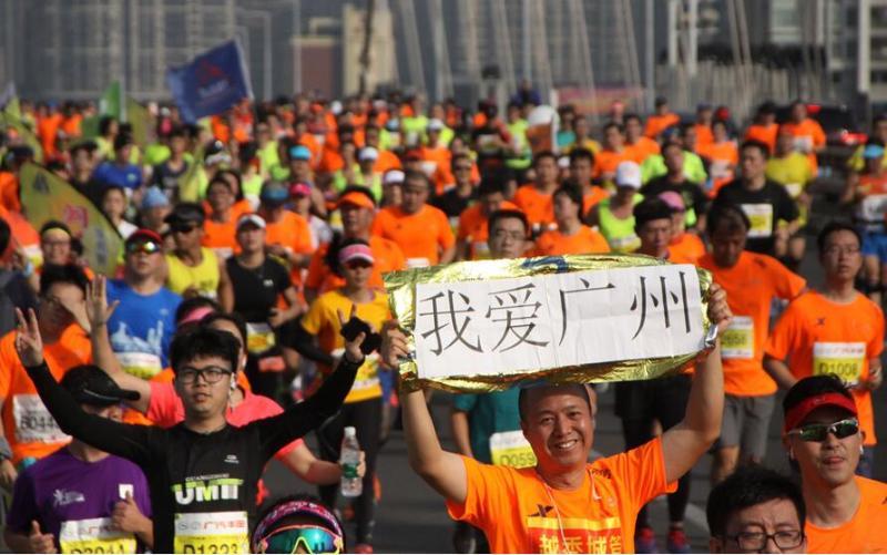 12月11日上午7时30分,3万名跑手和市民在发令枪响后开跑。  符超军 摄