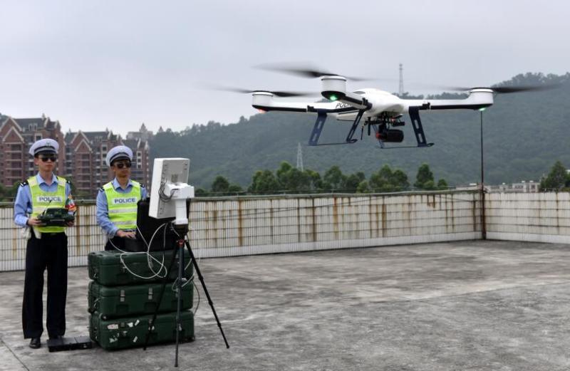 在广州市南沙区虎门大桥高速南沙出口处,交警使用无人机抓拍违章车辆。