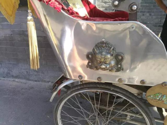 安林三轮车的两侧放了两个貔貅,提醒自己做生意做人不要太贪婪。