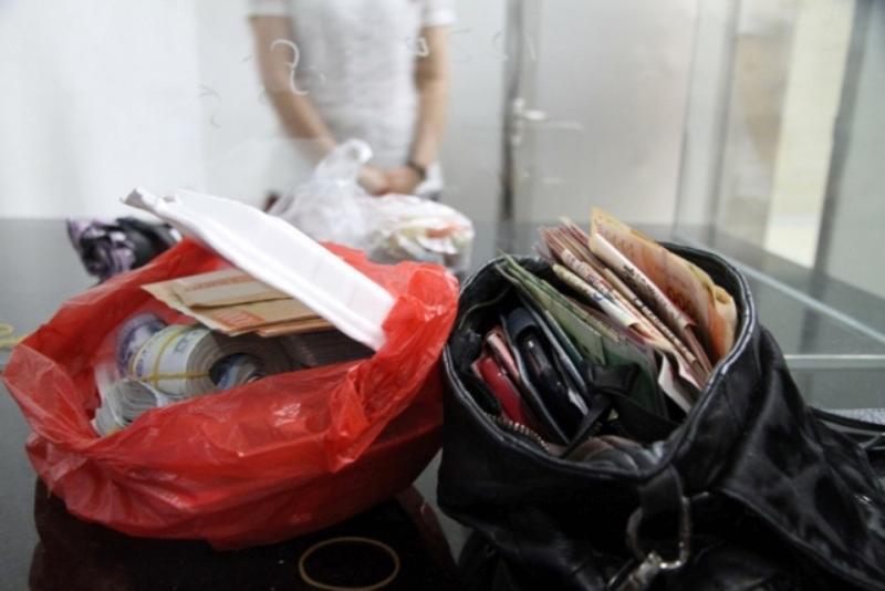 """饭盒塑料袋里都是钱 这份跨境""""外卖""""藏了300万"""