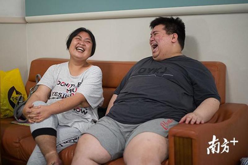 """手术后的第10个月,尹金花回到医院看望""""胖友""""。张梓望 摄"""