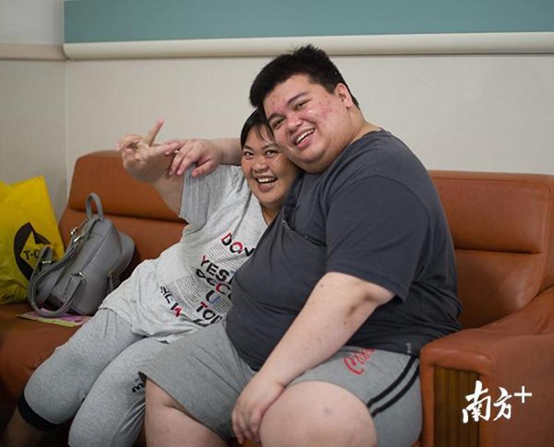 """尹金花和""""胖友""""余靖合照。张梓望 摄"""