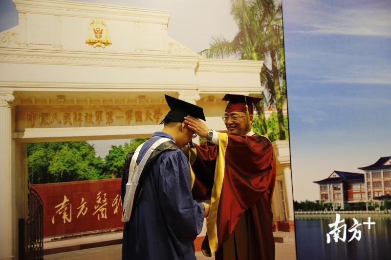 www.4155.com|美高梅手机版|mg4155电子游戏官网党委书记陈敏生为毕业生授帽